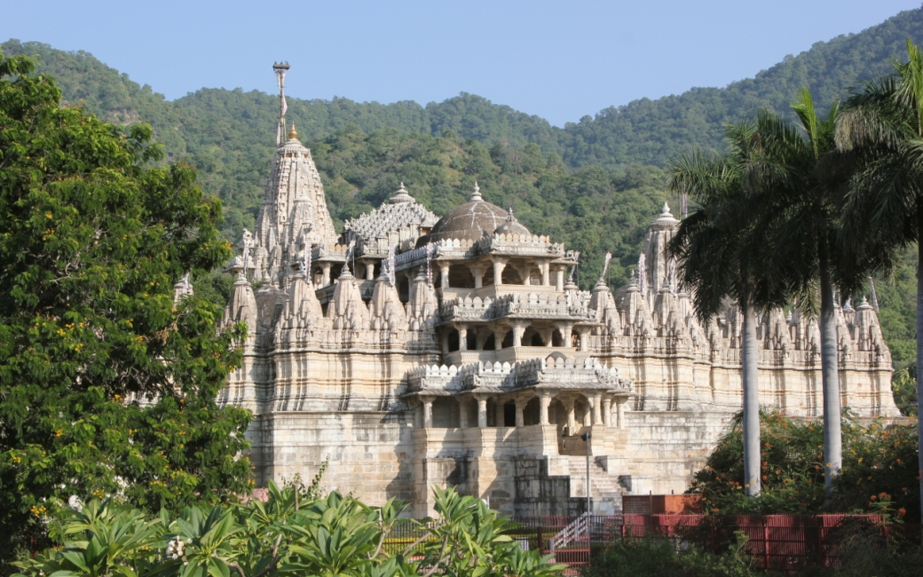 Chaumukha_Jain_temple_at_Ranakpur_in_Aravalli_range_near_Udaipur_Rajasthan_India.jpg